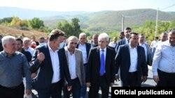Сарај- премиерот Зоран Заев, градоначалниците на Скопје и Сарај Петре Шилегов и Блерим Беџети на увид во изградба на пат во селото Бојане