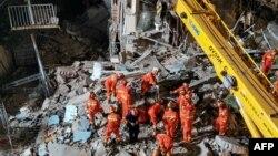 Pamje të operacionit të shpëtimit, pas rrëzimit të hotelit në Kinë.