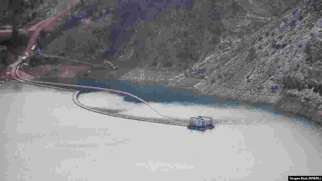 Плавучая станция, на которой размещены насосы, выкачивающие воду из карьера. Подавать воду в систему водоснабжения Севастополя начали с 19 декабря.По склонам карьера видно, что уровень воды, которую еще продолжают выкачивать, понизился на 5-6 метров