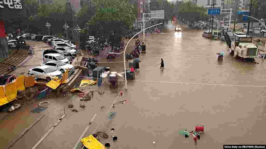 Na snimcima se vidi da su čitava naselja pod vodom dubine i do metar.(na fotografiji: poplave uDžengdžouu)
