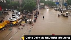 Последствия наводнения, вызванного проливными дождями в китайской провинции Хэнань. Чжэнчжоу, 20 июля 2021 года
