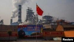 Hszi Csin-ping elnök posztere az anyangi acélművek előtt 2019. február 19-én.