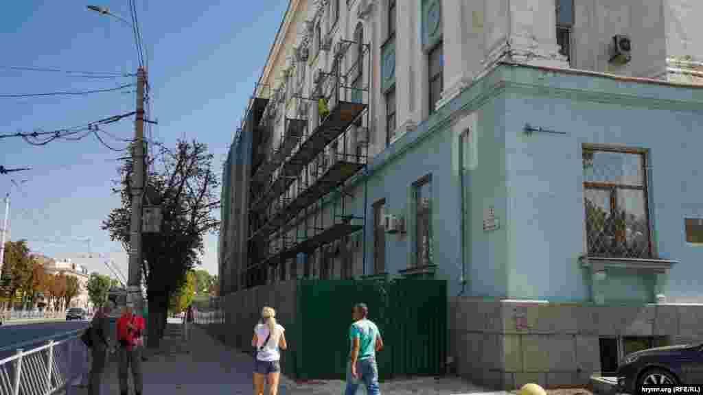 Фасад будівлі російського уряду Криму з боку проспекту Кірова в будівельних лісах