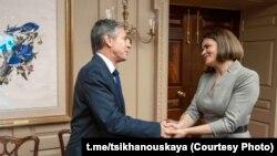 Антъни Блинкен се ръкува с Святлана Циханоуска