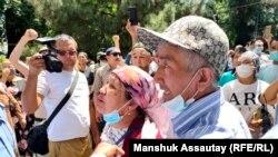 Родственники и сторонники активиста Байболата Кунболатулы у здания полиции требуют его освобождения. Алматы, 24 июня 2021 года.