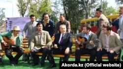 Нурсултан Назарбаев во время визита в Темиртау на организованном для него представлении. В кадр попал отреставрированный вагон трамвая.