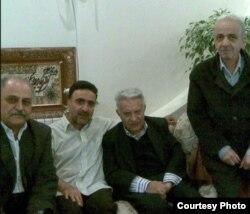 دیدار مصطفی تاجزاده (نفر دوم از چپ) با عزتالله سحابی (نفر دوم از راست)، فروردین ۱۳۸۹