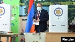 Исполняющий обязанности премьер-министра Армении Никол Пашинян голосует на досрочных выборах 20 июня
