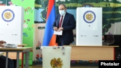 Никол Пашинян на избирательном участке