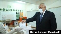 Прем'єр-міністр Бойко Борисов голосує на парламентських виборах, 4 квітня 2021 року