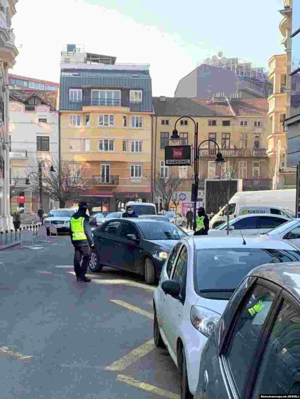 МАКЕДОНИЈА - МВР распиша потерница по поранешниот директор на УБК, Сашо Мијалков и го бараше на поголем број локации во Скопје. Обвинителството соопшти дека има сомнеж дека некој му помогнал да избега, премиерот Зоран Заев рече дека е разочаран што Мијалков избегал, опозицискиот лидер Христијан Мицкоски побара оставка од Владата, а претседателот на државата, Стево Пендаровски, изјави дека заради случувањата со Мијалков, мора да има одговорност.