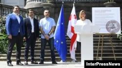 Анна Долидзе с оппозиционными политиками Алеко Элисашвили, Леваном Коберидзе и Леваном Иоселиани на презентации «Движения для народа»