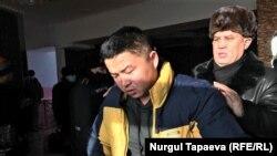 Белгісіз екі адам шабуыл жасаған күннің ертесіне Мұрагер Әлімұлы полиция сұрағына жауап беруге келіп тұр. Қоянды ауылы, Ақмола облысы, 22 қаңтар 2021 ж.