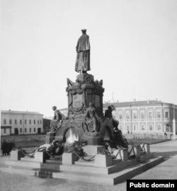 Так выглядел памятник в Самаре с обратной стороны.