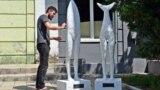 «Люди-акули» скульптора Астіана Рея, Соледар, Донецька область
