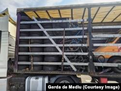 Iskorištene automobilske gume u kamionu koji je bio dio konvoja iz Njemačke i Francuske tokom mjeseca avgusta. Granične vlasti otkrile su 17 tona neprijavljenog otpada u vozilima.