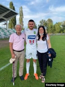 Arb Manaj së bashku me gjyshin dhe nënën e tij.