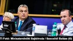 Még ott lehetett: Orbán Viktor az Európai Néppárt frakcióülésén 2018-ban, mellette Manfred Weber