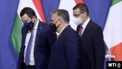 Orbán Viktor miniszterelnök, a Fidesz elnöke, Matteo Salvini, az olasz jobboldali kormánypárt, a Liga vezetője és Mateusz Morawiecki lengyel miniszterelnök a találkozójukat követő sajtótájékoztatón a Karmelita kolostorban 2021. április 1-jén