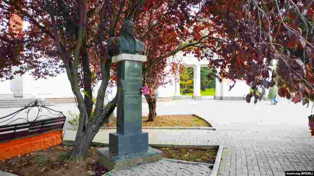 Перед кинотеатром находится памятник правозащитнику, диссиденту, генерал-майору СССР Петру Григоренко. Он был установлен в середине 90-х годов прошлого века крымскотатарскими активистами. Хотя власти тогда выступали категорически против. Из-за разросшихся деревьев памятник почти не видно