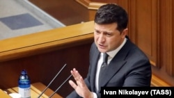 Архивска фотографија- украинскиот претседател Володомир Зеленски држи говор во украинското Собрание