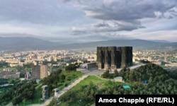 Монумент «Хроники Грузии» был построен на возвышенности в 1985 году.