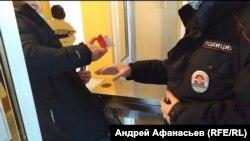 Журналист Николай Пироженко пытается пройти в здание мэрии