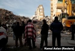 Жер сілкінісінен кейінгі құтқару жұмыстарына қарап тұрған адамдар. Измир. 3 қараша 2020 жыл.