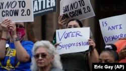 """Demonstrație în sprijinul legiuitorilor democrați din Texas. Aceștia au """"fugit"""" la Washington pentru a nu fi nevoiți să participe la ședința în care urmau să fie votate restricționări ale accesului la vot. 13 iulie 2021, Austin, Texas."""