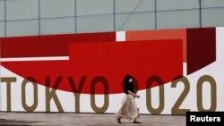 Žena nosi zaštitnu masku, Tokio (29. juli 2021.)