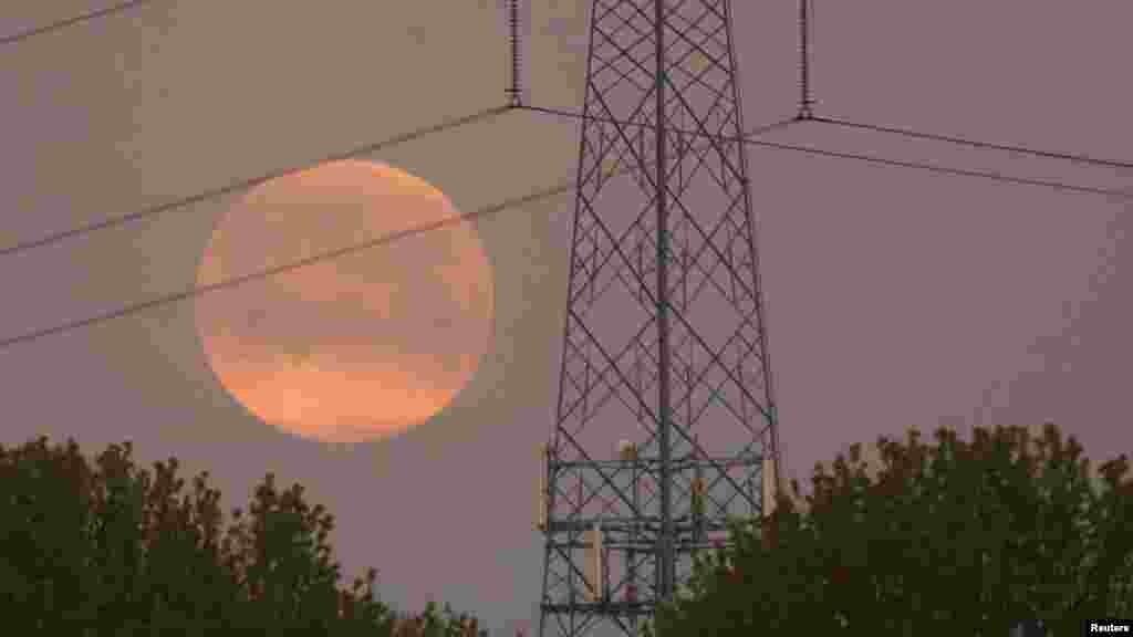 Огромная розовая луна в Бельгии