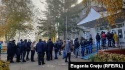 Din nou cozi la cele patru secții de votare deschise pentru alegătorii din stânga Nistrului în satul Varnița, raionul Anenii Noi.