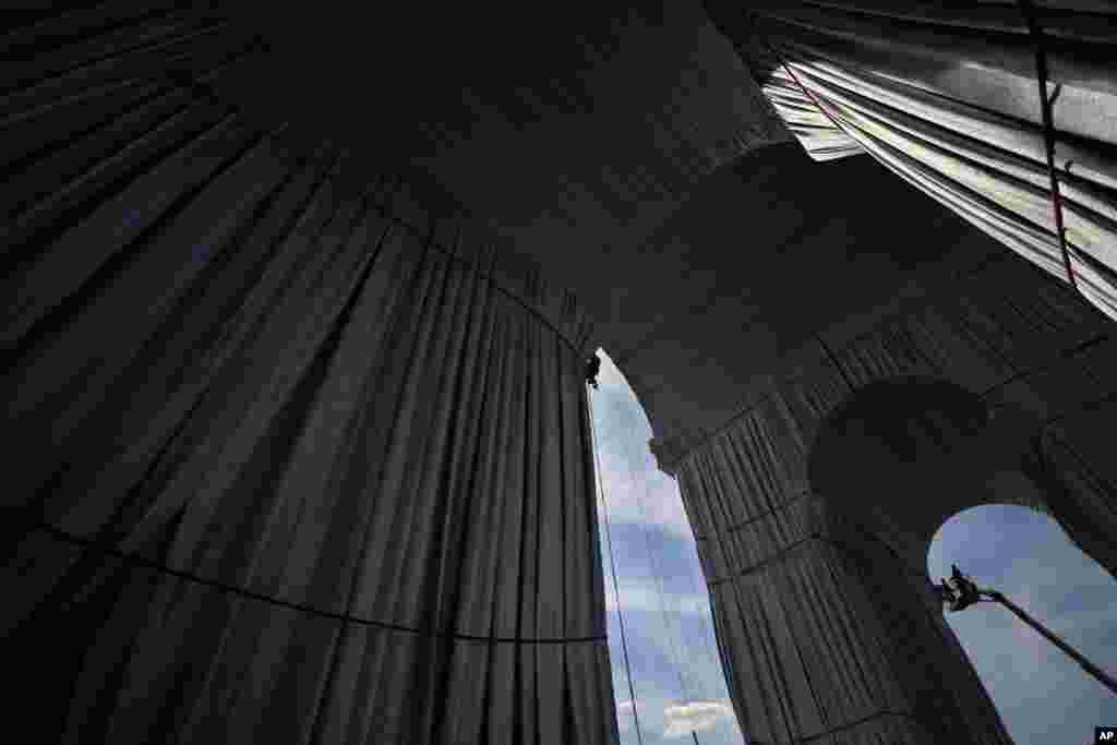 """""""Триумфалната арка, опакована"""" - поглед отвътре."""