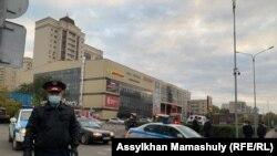 Полицейский, стоящий радом с торговым домом «Жаннур». Нур-Султан, 25 сентября 2020 года.
