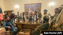 """Президент Ашраф Ғани кетіп қалған соң оның сарайына кіріп алған """"Талибан"""" өкілдері. Кабул, Ауғанстан. 15 тамыз, 2021 жыл."""