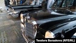 Германският Мерцедес Бенц 600 Пулман Ландоле и съветският ГАЗ-13 Чайка са изложени един до друг в двора на Националния исторически музей на 15 май 2021 г.