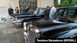 A Mercedes-Benz 600 Pullman Landaulet és a GAZ–13 Csajka a szófiai veteránautó-kiállításon