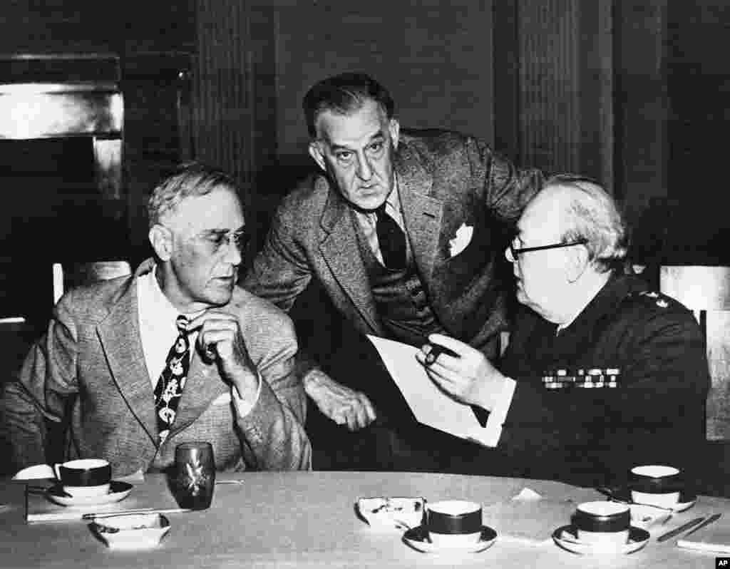 Во время своей поездки в Крым на Ялтинскую конференцию Рузвельт (слева) серьезно болел. В начале 1944 года врачи выявили у него серьезные проблемы с сердцем и кровообращением. Рузвельт скончался через два месяца после завершения конференции