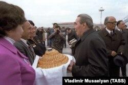 Леонид Брежнев дар фурудгоҳи Тошканд.