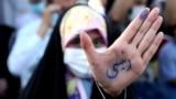 یکی از حامیان ابراهیم رئیسی نام او را در یکی از تجمعات انتخاباتی بر دست خود نوشته است.