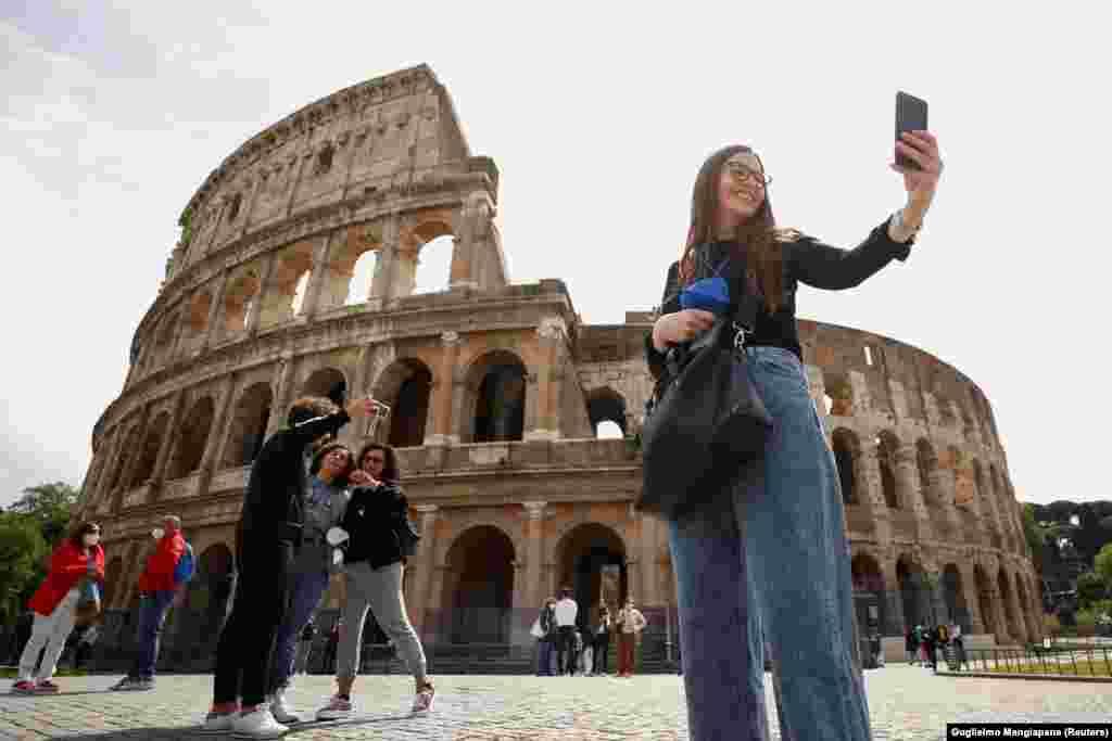 Szelfi készül a Colosseum előtt az újra megnyíló Rómában.