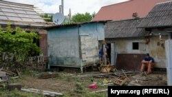 Мурасов возле своего дома, который он купил три месяца назад, 6 июля 2021 года