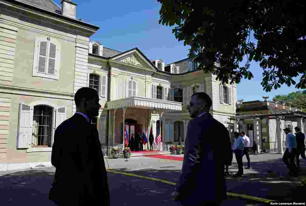 Вход в виллу Ла Гранж, где встречаются президенты России и США, утро 16 июня