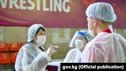 Кыргызстанда коронавирус күчөгөн маал. Ошол убактагы вице-премьер-министр Аида Исмаилова дарыгерлер менен. 2020-жылдын 25-августу.