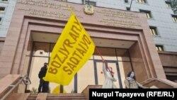 Нур-Султан, акция известного художника Асхата Ахмедьярова и активистки Алии Ахмалишевой, 13 июля 2021 года