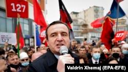 Ккосовскиот политичар Албин Курти говори на предизборен митинг во Косово.