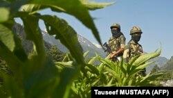 Военные индийских пограничных войск охраняют шоссе, ведущее к граничащему с Китаем району.