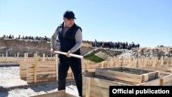 Президент Садыр Жапаров капсула салып жаткан учур. Чоң-Алай району, 26-сентябрь, 2021-жыл.