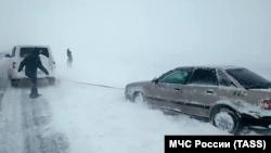 Засыпанный снегом Керченский мост и заблокированное движение: что происходило на въезде в Крым (фотогалерея)