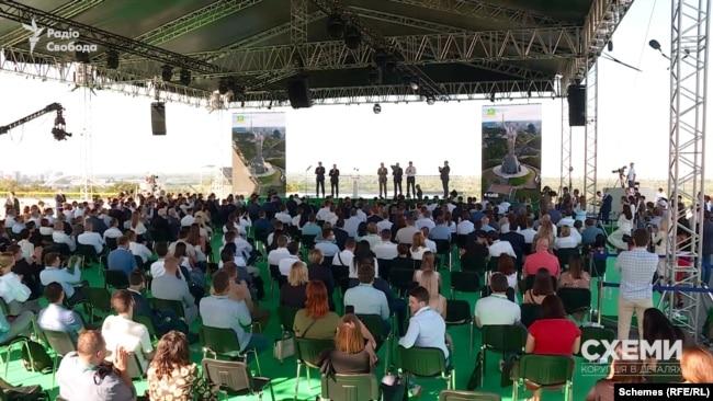 20 серпня на даху будівлі КВЦ «Парковий» відбувається з'їзд партії влади «Слуга народу»